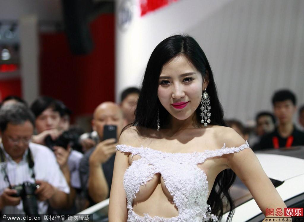 美女模特穿透胸衣图片