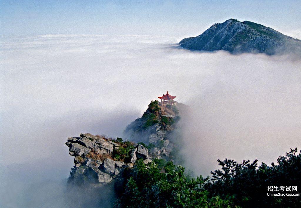 此外,庐山还有一种特殊的气候现象,有时山顶艳阳高照,云雾在山腰翻滚