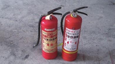 灭火器等消防器材是扑灭火灾的重要工具,现在,随着消防意识的提高,很多单位、公共场所都配备了消防器材,对于这些消防器材,您是否都会正确使用?
